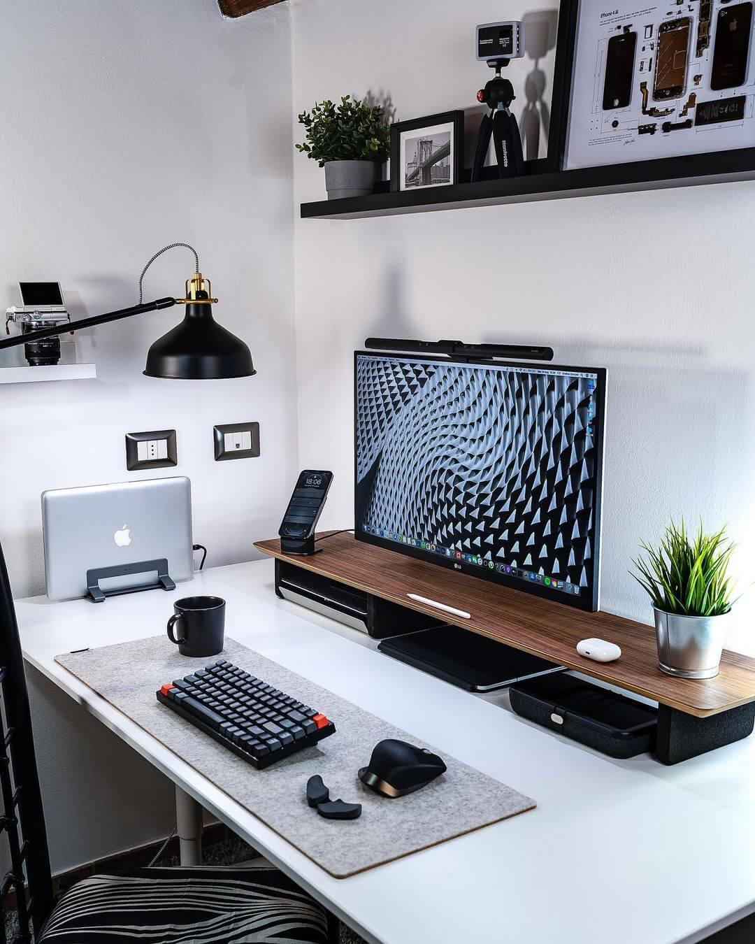 Bright productivity minimalist setup_melatech.it
