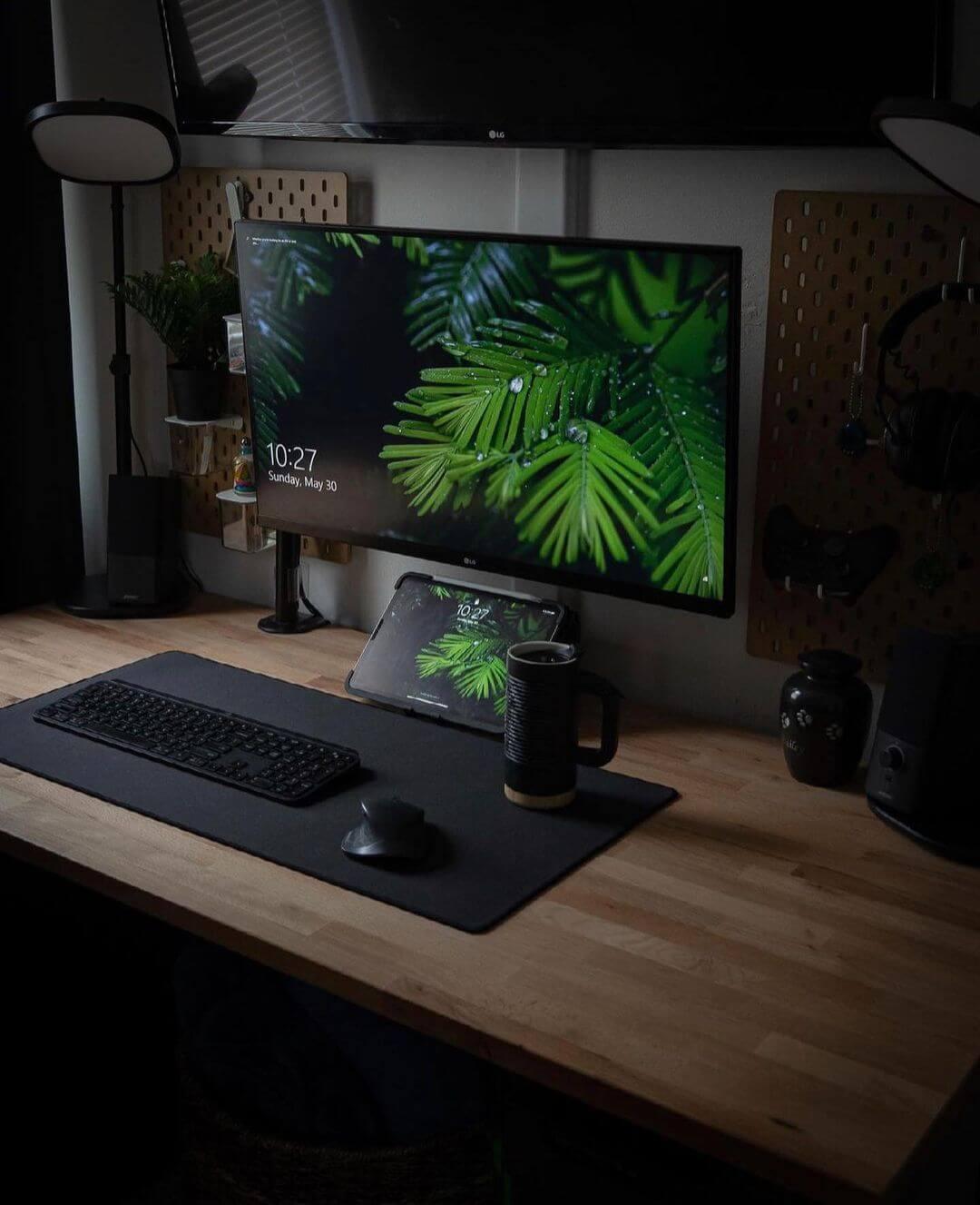 dark woodsy minimalist setup_justinsdesk